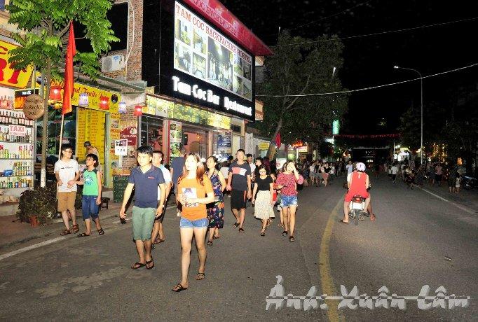 Nhộn nhịp phố đi bộ và chợ đêm Tam Cốc