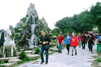 Lượng du khách đến Ninh Bình khởi sắc trở lại