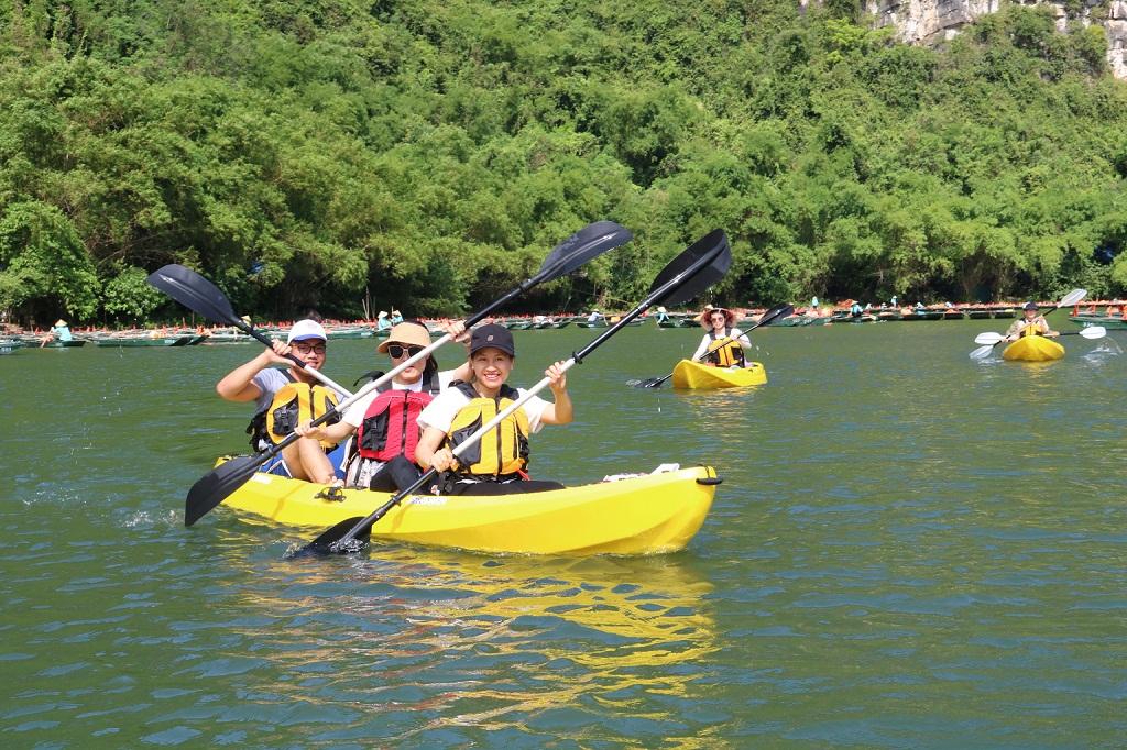 Chèo thuyền Kayak – trải nghiệm mới ở Khu du lịch sinh thái Tràng An